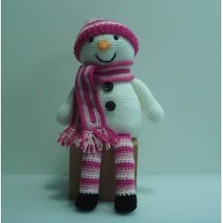 Muñeco nieve amigurumi sentado